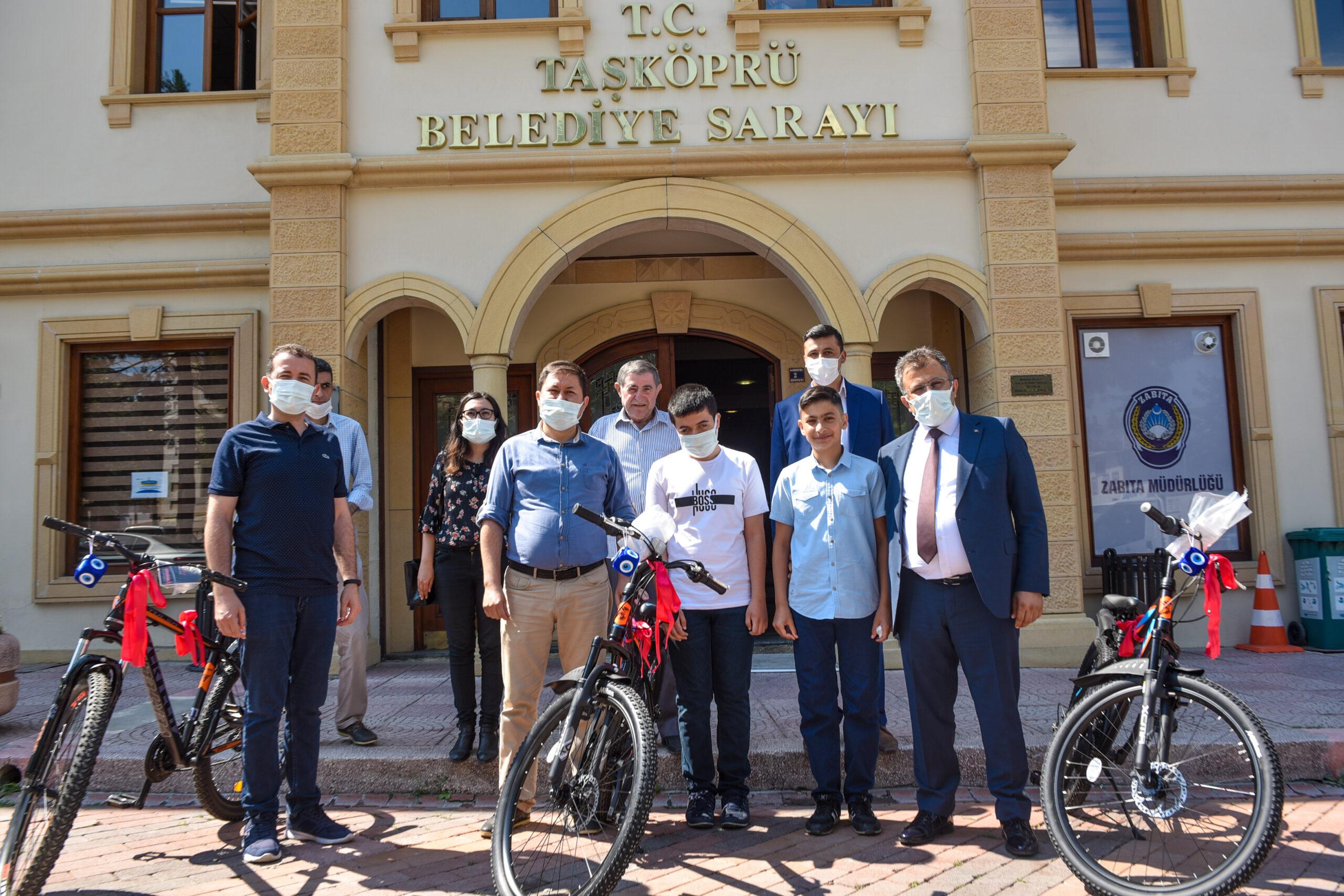 LGS'de dereceye giren öğrencilere Başkan Çatal'dan bisiklet